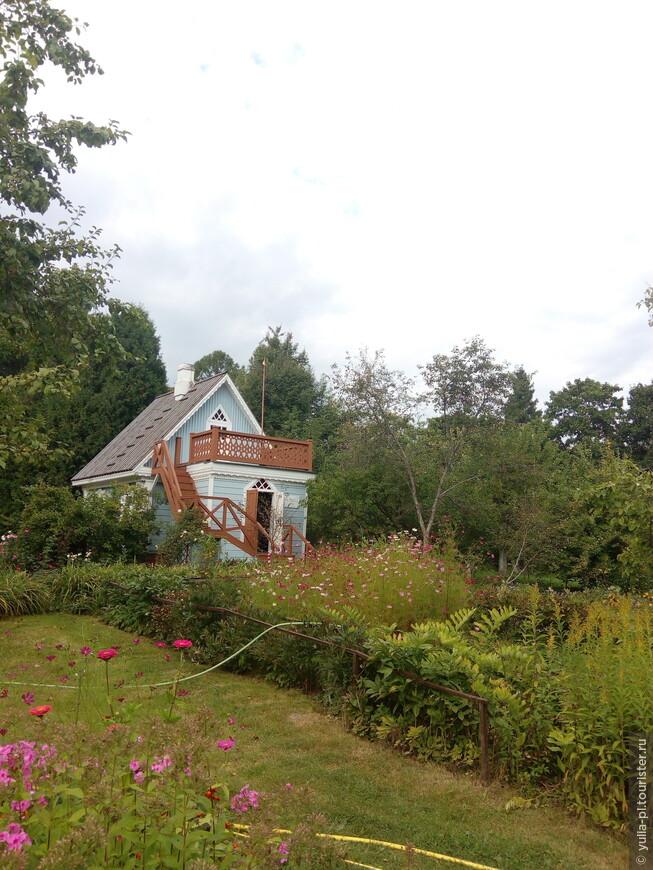 """Домик был построен для гостей. Но в нем любил работать и сам Антон Павлович. На домике табличка """"Мой дом. Где была  написана ЧАЙКА. Чехов"""""""
