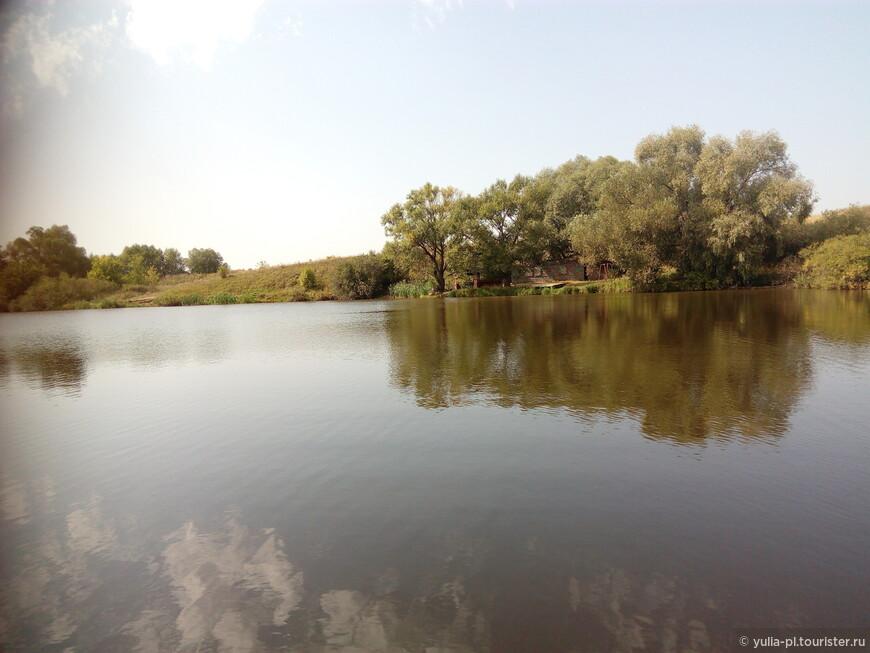 Нашли чудесное место перед съездом с трассы М4 на Новомосковск. Озеро, столики и зелень!