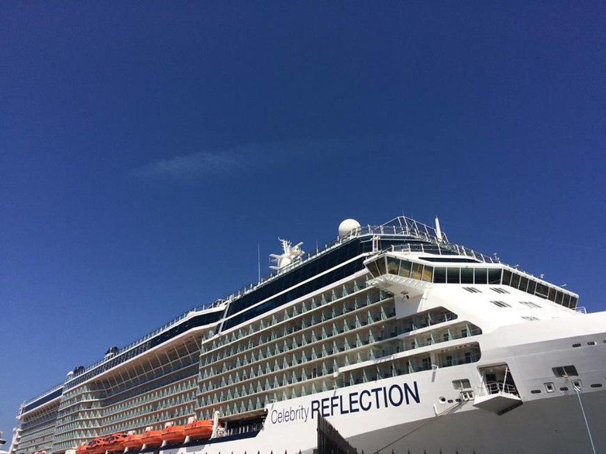 Круизный лайнер с 16 палубами, из них 15 пассажирских. Вместимость более 3000 человек. Впечатлил.