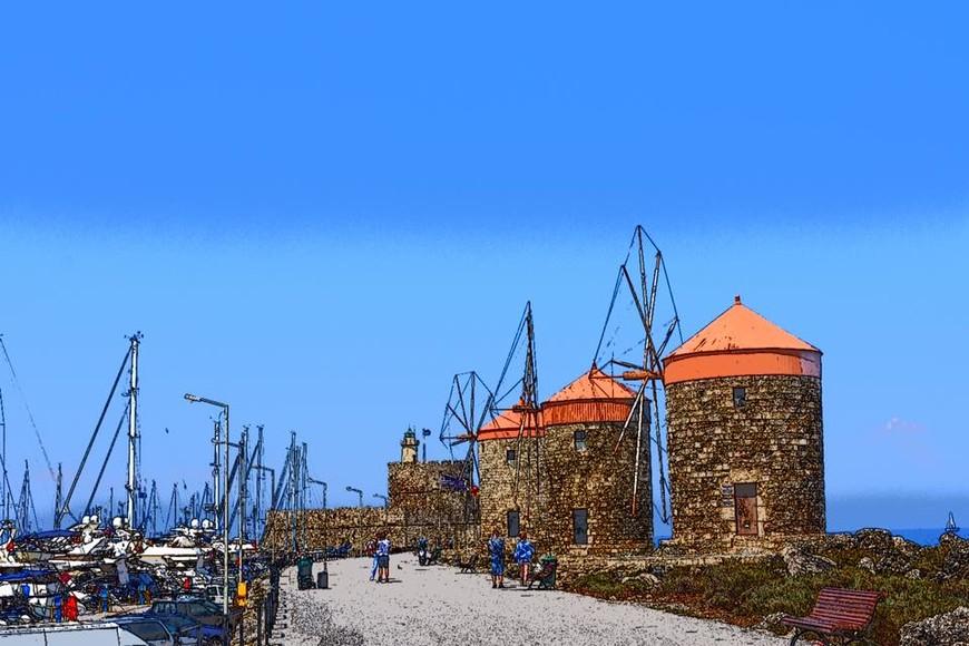 Ветряные мельницы и крепость святого Николая на косе у входа в порт.