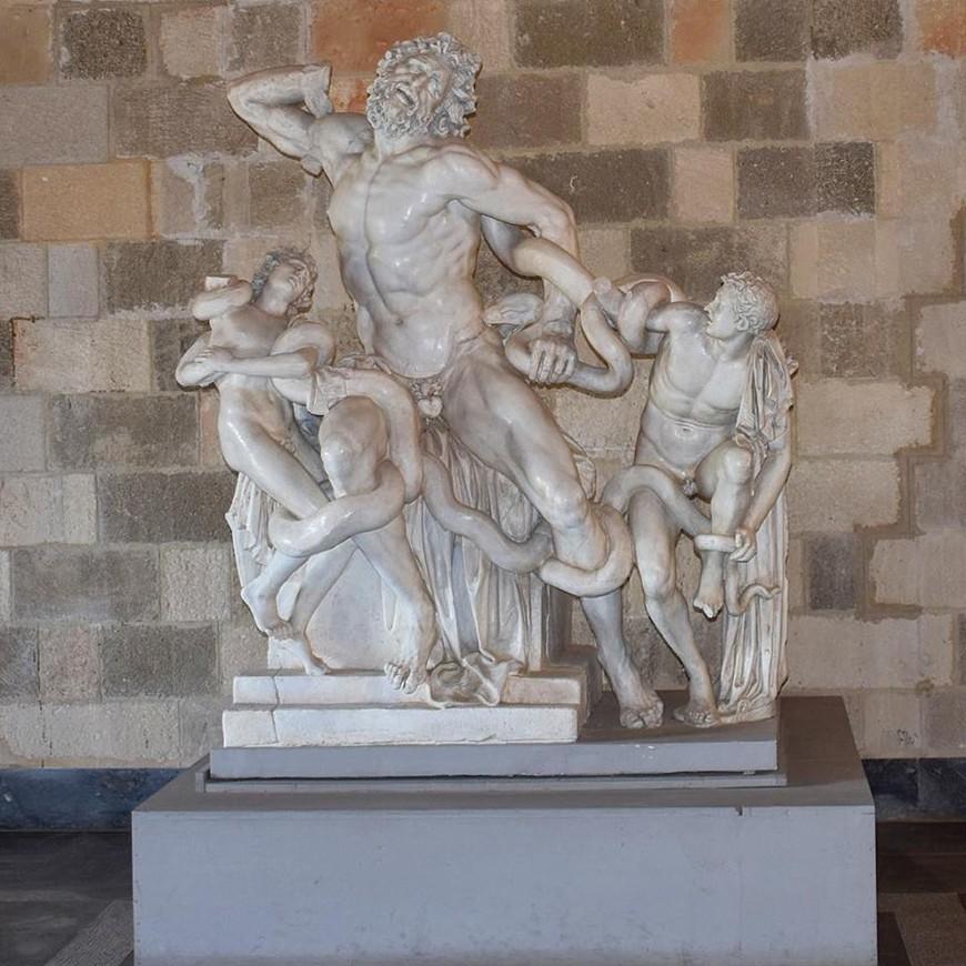 Лаокоон со своими сыновьями борется с гигантскими змеями (копия). Лаокоон обидел бога Апполона и был приговорен к смерти, Боги наслали на него и двух его сыновей, две гигантские змеи из глубин моря, которые их и убили...
