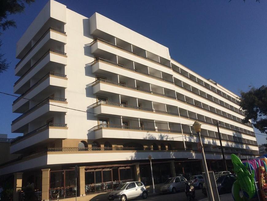отель Mitsis Petit Palac. Наш балкон был на углу 4 этажа.