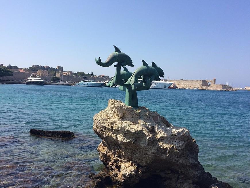 Символ острова Родос - Дельфин. Если посмотреть на карту Родоса, то она действительно имеет форму дельфина, но без хвоста.