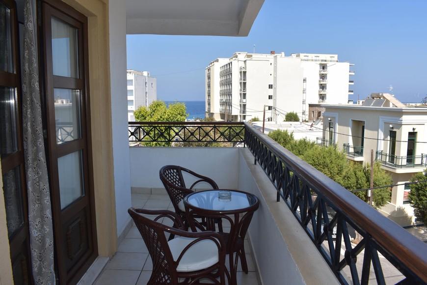 балкон нашей комнаты, вдалеке виднеется Эгейское море. Вещи сохли плохо, большая влажность.