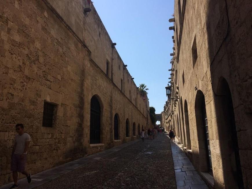 Рыцарская улица - главная в Старом городе, ведет к дворцу Великого Магистра ордена.