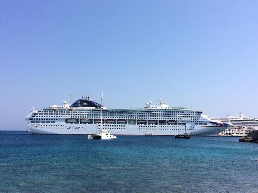 круизный лайнер, один из многих, заходящих ежедневно в порт Мандраки. Родос.