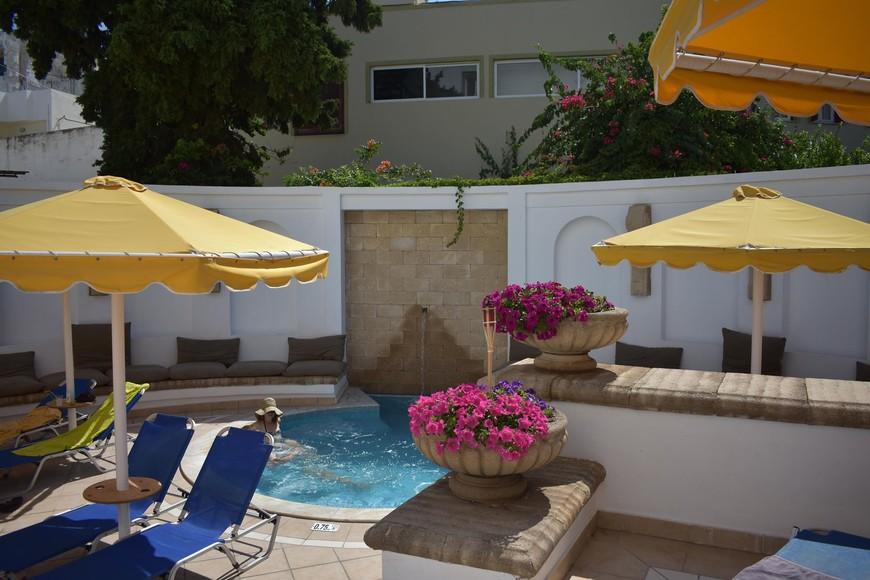 небольшой бассейн с гидромассажем во внутреннем дворике отеля.