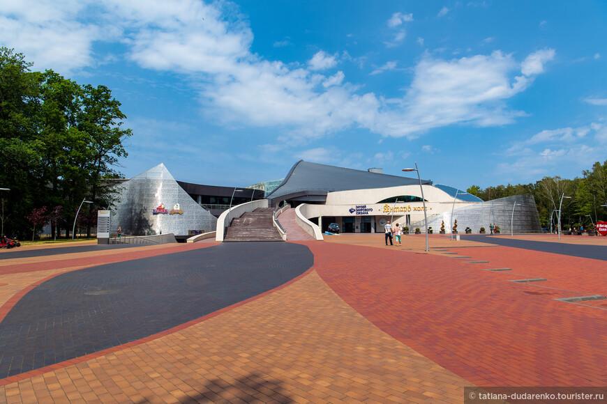 Янтарь холл, где проходят гастроли звезд эстрады и концерты известных коллективов, а также съемки летнего кубка КВН - с этого места началась наша пешая прогулка.