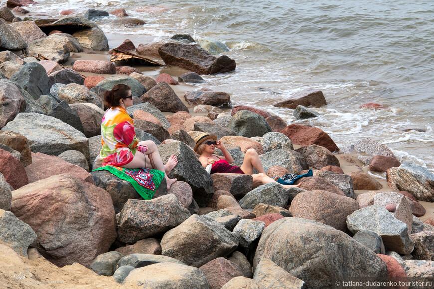 Светлогорские берегозащитные сооружения, защищая берег от волнового воздействия, «дают отбойную волну, что при шторме ведёт к размыву пляжей», которые «значительно сузились, а местами оказались полностью размытыми». Состояние светлогорского пляжа остаётся одной из наиболее острых и обсуждаемых проблем (Википедия).