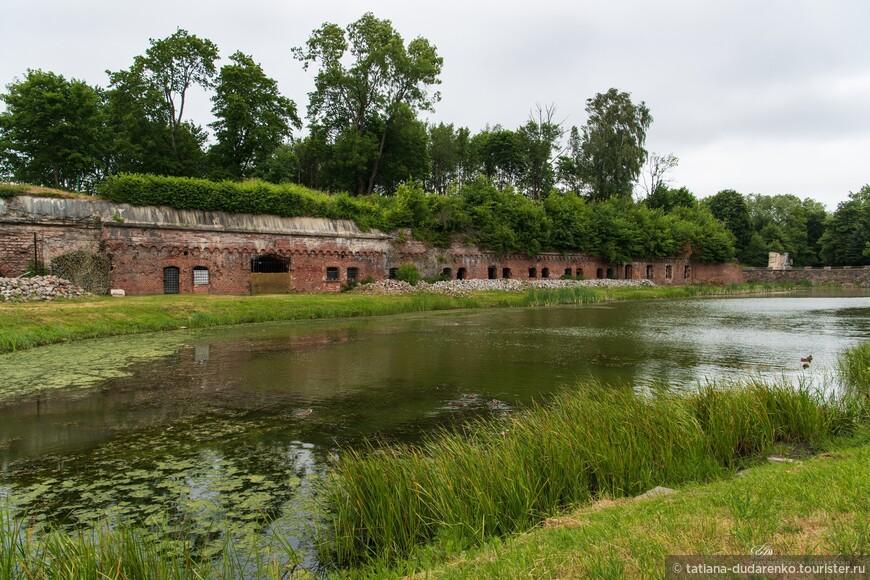 """Водитель такси, узнав, что мы не были в фортах,  по собственной инициативе (без дополнительной оплаты) предложил нам заехать в одно из этих военных фортификационных сооружений.  Это был Форт № 5 (1878 г.) - памятник оборонительного строительства под названием """"Король Фридрих-Вильгельм III. Это один из 12 мощных фортов, которые располагались по периметру кольцевой дороги вокруг Кенигсберга."""