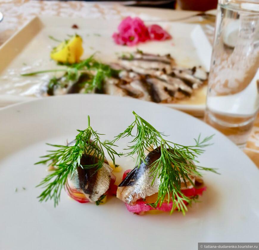 На нашем столе, кроме селедки появилась и балтийская килька, и еще какая-то местная рыба, названия которой я не запомнила.