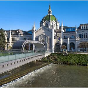 Через реку перекинуто много мостов, что придает живописность городу. Этот современный дизайновый мост ведет к Академии изящных искусств - очень интересному с архитектурной точки зрения зданию...