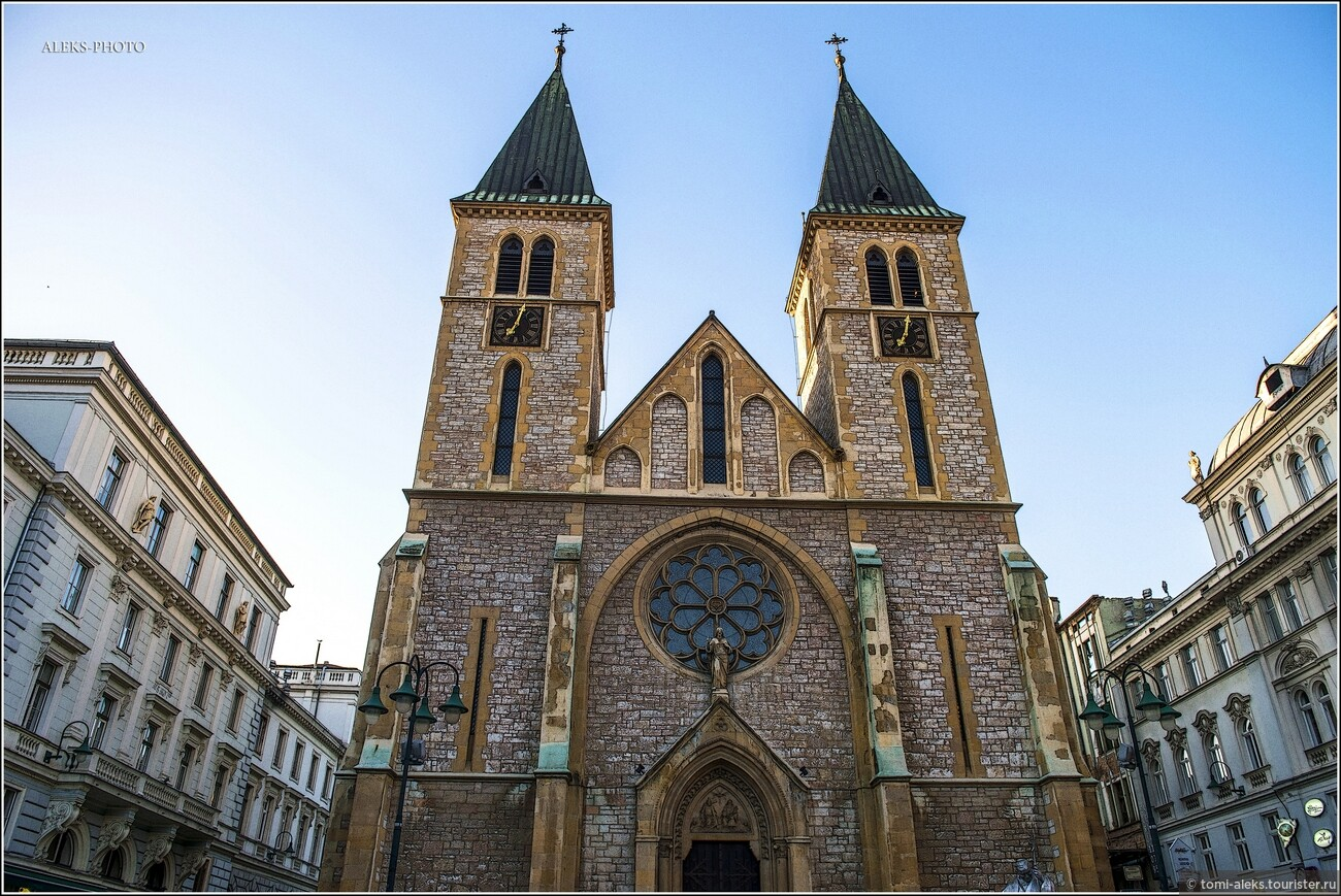 Но вот что странно - рядом с мечетями можно увидеть католический собор - Собор Святого сердца Иисуса. Он находится на одной из центральных улочек города, по которой любят гулять туристы..., Второе очарование Сараево