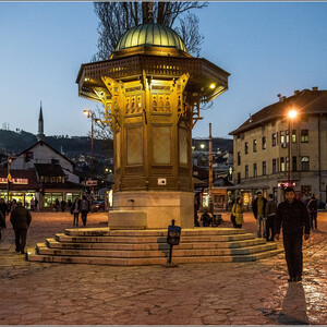Бар-чаршия - одна из самых интересных площадей города. В центре площади - фонтан Себиль - с торчащими в разные стороны краниками. Днем здесь всегда много голубей, а вечером у площади совсем другой колорит...