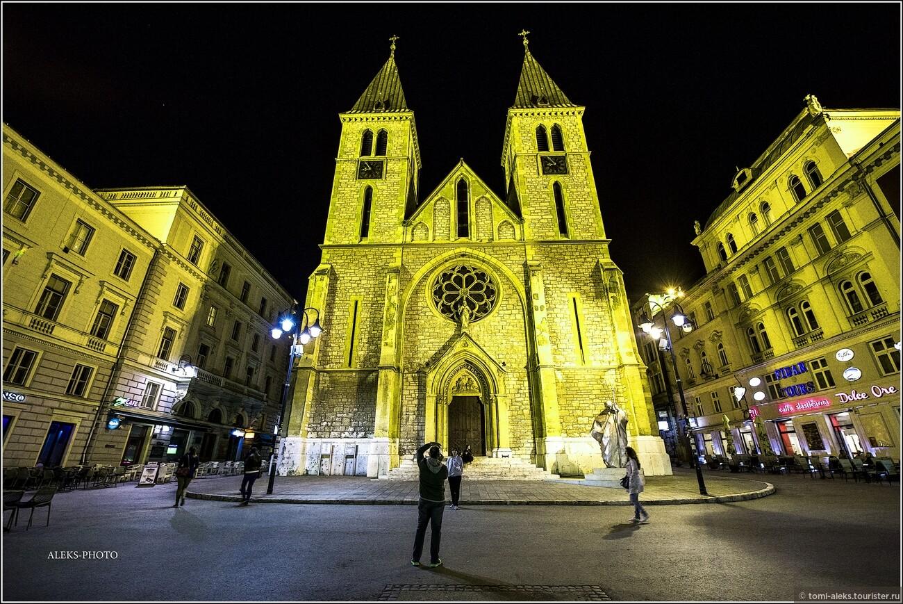 Вот как предстает в вечерних огнях католический собор. Он просто взлетает вверх, как пара ракет... Обратите внимание на чистейшую вылизанную мостовую. В городе, на самом деле, очень чисто..., Второе очарование Сараево