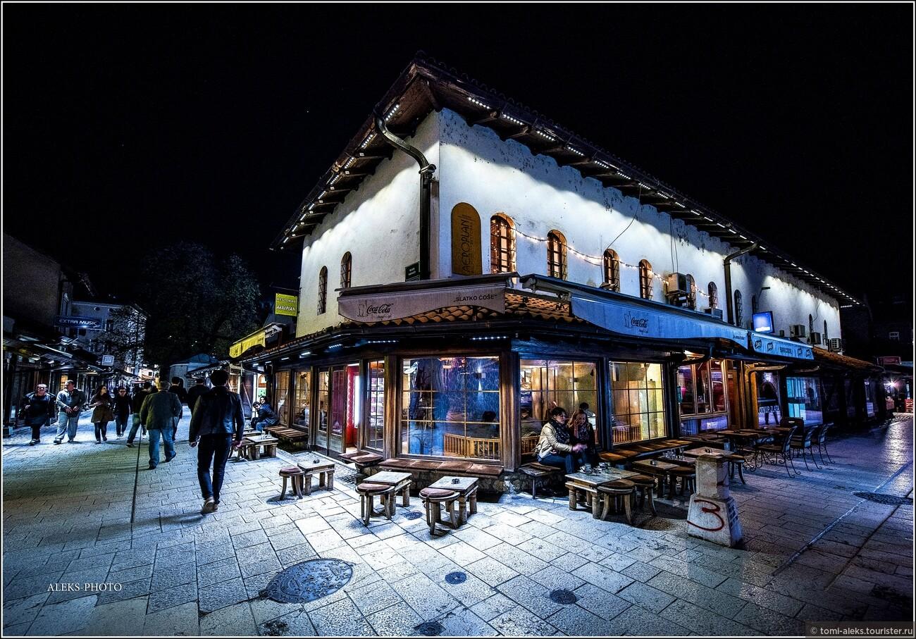 Местные кафешки смотрятся очень колоритно. Возле них всегда расставлены многочисленные диванчики, кресла с подушками для туристов..., Второе очарование Сараево