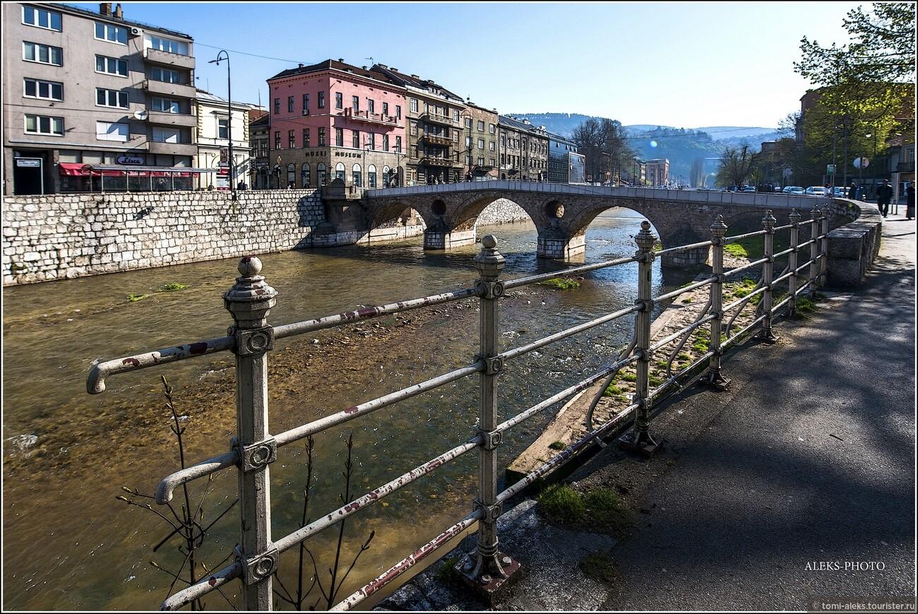 Река Миляцка с печально известным Латинским мостом. Именно на нем произошли события, вслед за которыми началась Первая Мировая война... Игра света и тени утром особо хороша..., Второе очарование Сараево