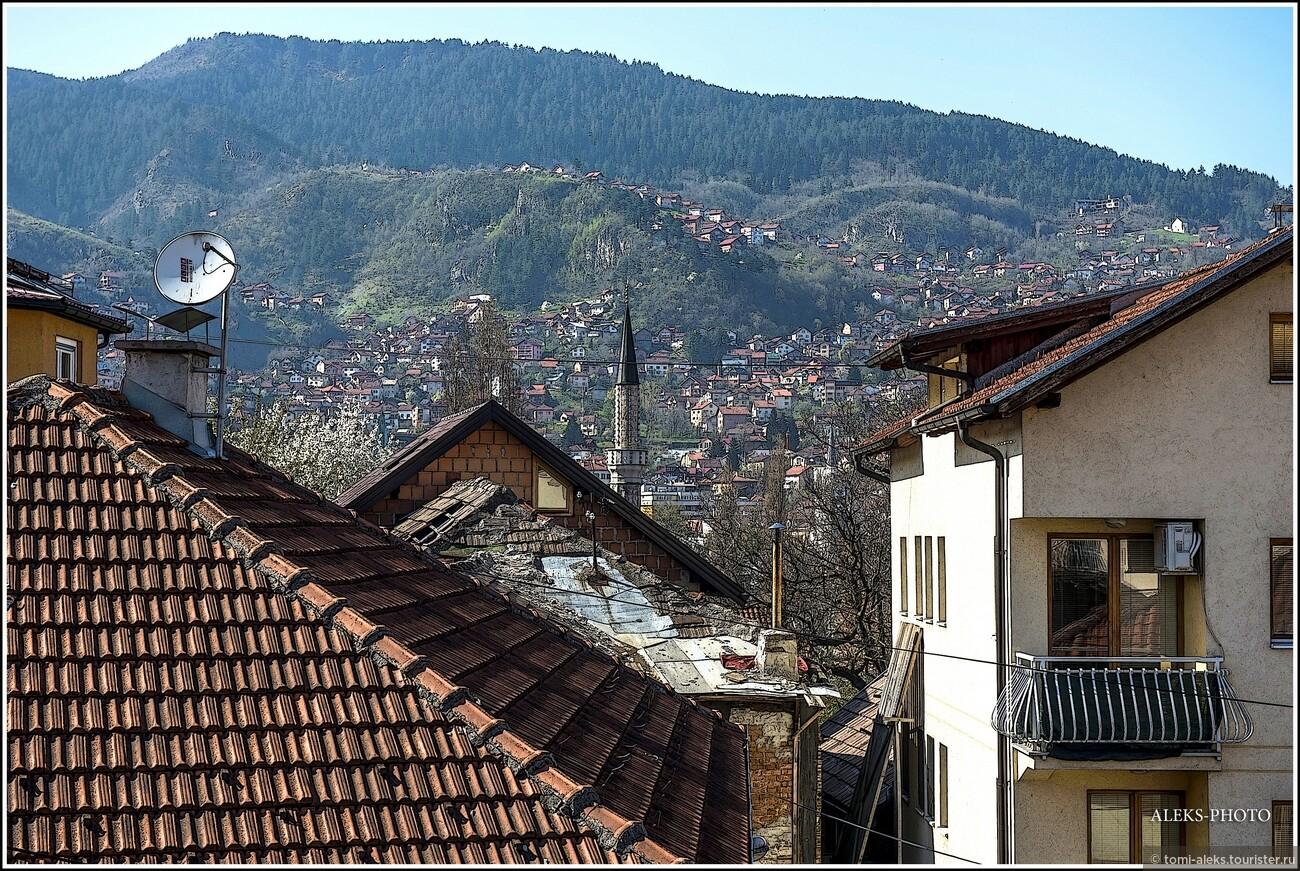 Домишки лепятся по склонам домов и взбираются все выше и выше. Мне сразу вспоминается название одной из улочек в другом городе из этого путешествия - Херцег-Нови в Черногории. Улочка называлась Устанешка... Это намек на то, как трудно подниматься в гору... Какое образное название... И там тоже - такие же виды и горы..., Второе очарование Сараево