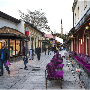 Те самые креслица, о которых я уже упоминал ранее. Согласитесь, что они очень колоритны, как и весь город... Может, просто мне повезло его увидеть в таком обличье... Наша фото прогулка еще не закончилась. Надеюсь, что мы завершим фото прогулку по Сараево в третьей части... Продолжение по маршруту большого путешествия по разным интересным местам Черногории-Сербии-Боснии и Герцеговины следует...