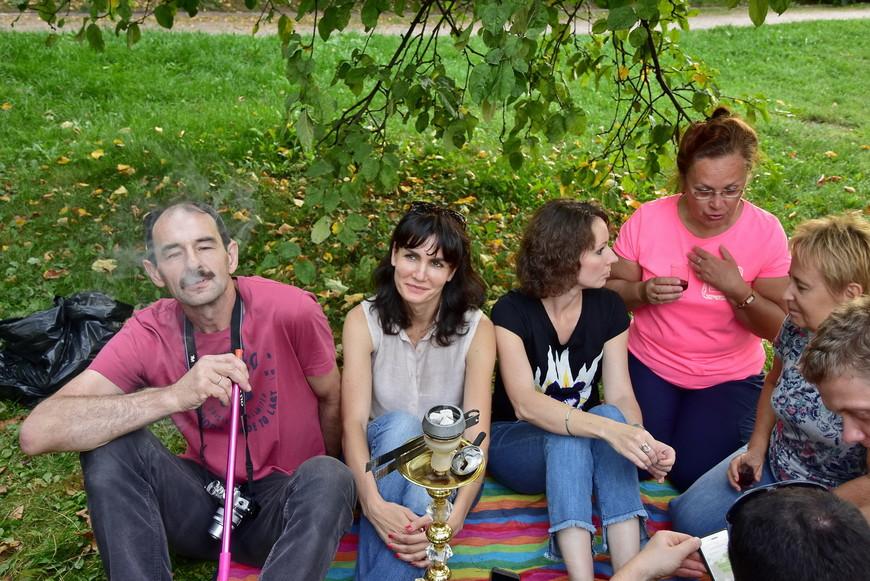 Как видно, кальян курят даже женщины и дети... И Василец... .)