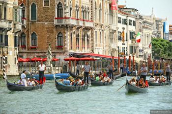 Власти Венеции запретят туристам сидеть на ступеньках церквей