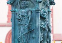 Frankfurt_Am_Main-Gerechtigkeitsbrunnen-Detail-Tugenden-Justitia-20110411.jpg