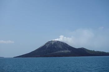 Туристов предупреждают о повышенной активности вулкана Анак-Кракатау в Индонезии