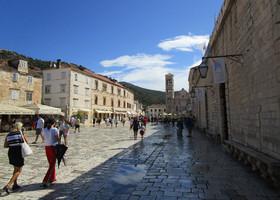 Центральная площадь города Хвара - одна из самых больших и самых красивых во всей Хорватии.