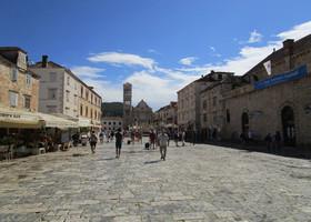 В глубине площади виден собор Святого Стефана XVI века. Справа - здание венецианского арсенала XVII века, где чинились военные корабли,