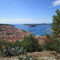 Вид на бухту Мандрач от крепости.