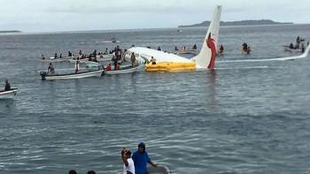 Самолёт с туристами скатился в океан в Микронезии