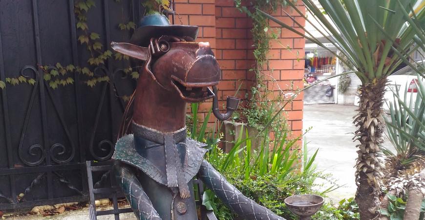 Памятник «Конь в пальто» в Сочи