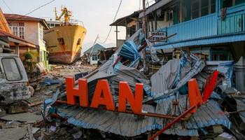 В Индонезии число жертв землетрясения и цунами превысило 1500 человек