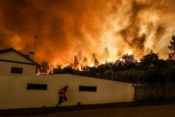 В окрестностях Лиссабона бушует сильный лесной пожар