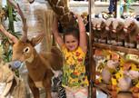 Счастливый ребенок после посещения зоопарка