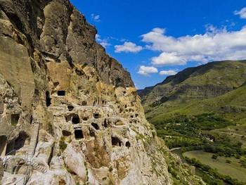 В Грузии из-за угрозы обрушения закрылся пещерный монастырь