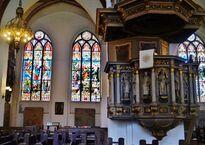 Riga_Dom_Innen_Buntglasfenster_&_Kanzel_2.JPG