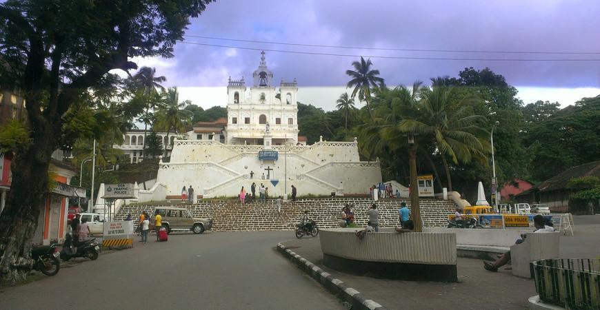 Церковная площадь в Панаджи