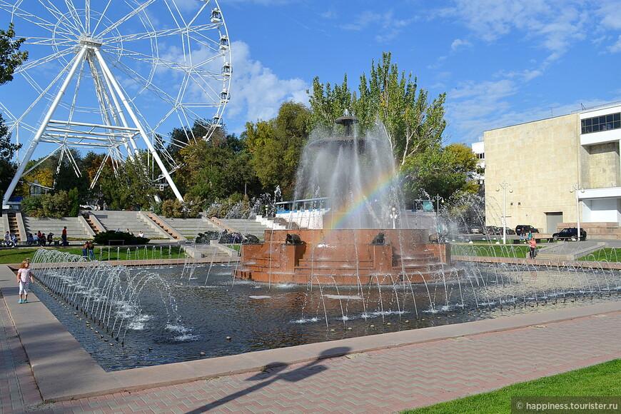 Фонтан на Театральной площади — в довоенное время считался красивейшим в городе. Это один из старейших фонтанов Ростова и находится в списке объектов культурного наследия России.