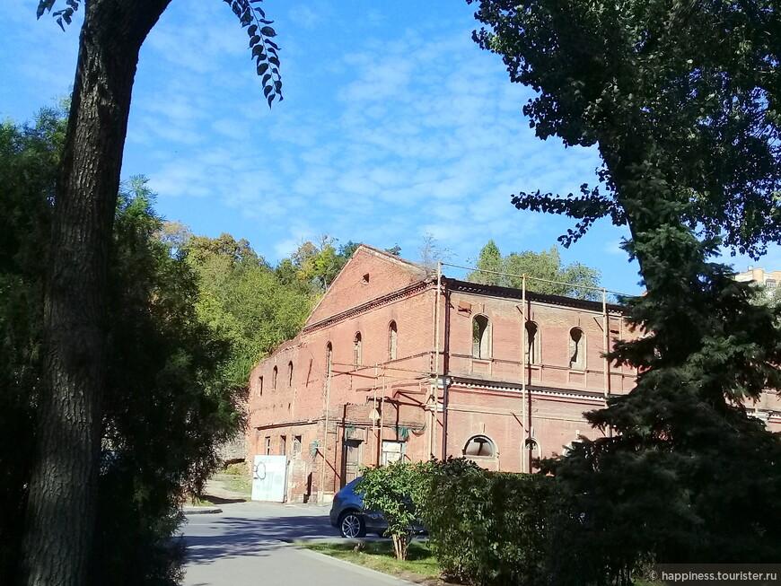 Самый старый памятник федерального значения на набережной-Парамоновские склады.