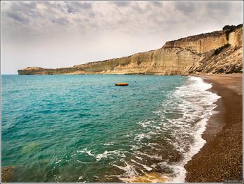 Автомобиль с туристами из РФ сорвался со скалы на Кипре