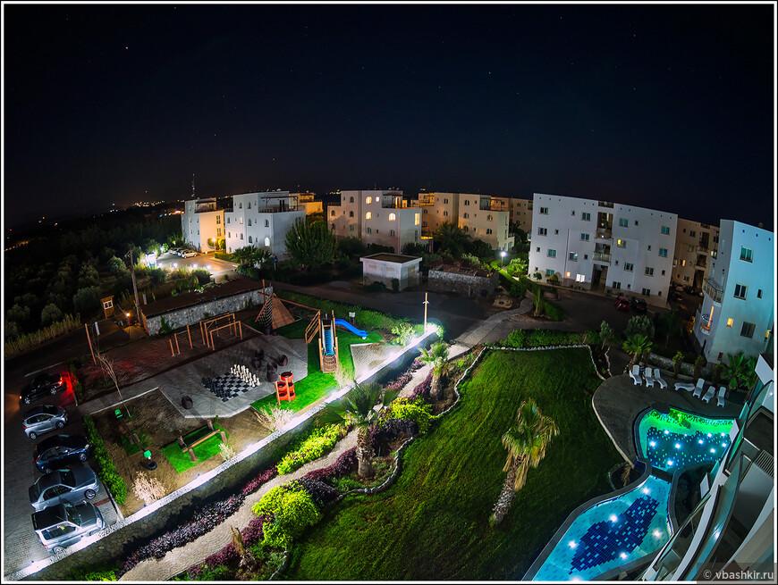 Вид поздним вечером с нашего балкона.