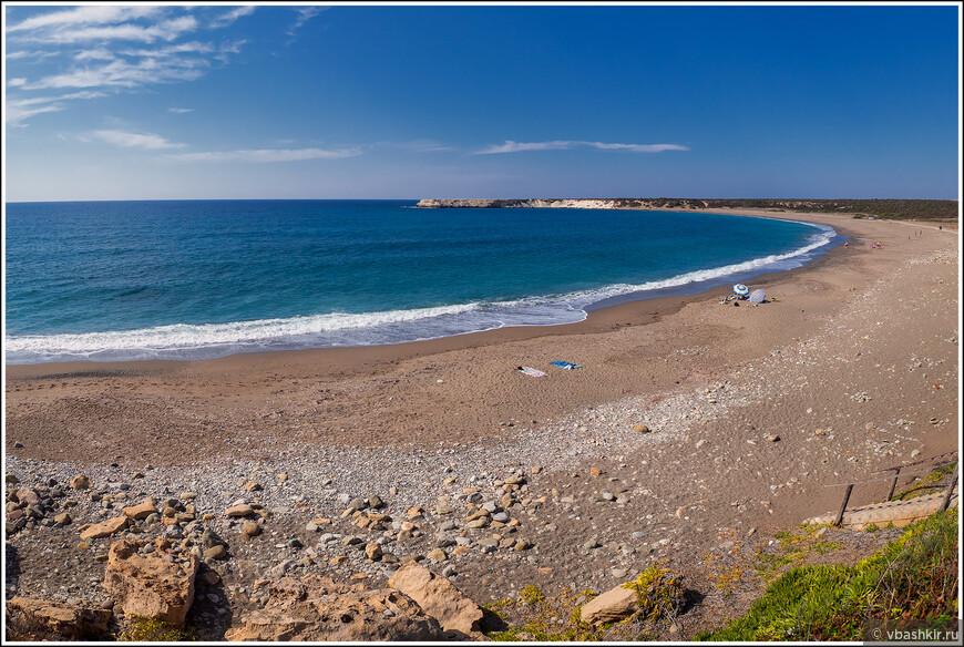 О многолюдности кипрских пляжей. Пляж Лара. Температура воды +25. Аня и мама купались минут 40))