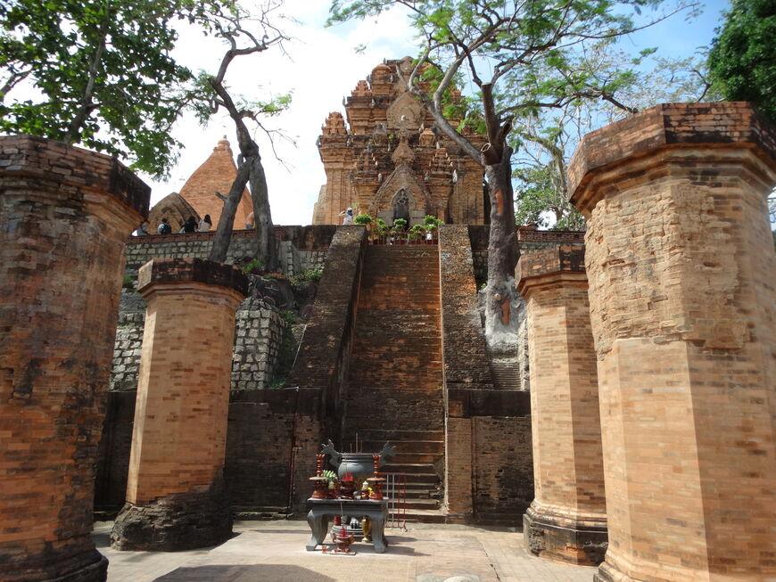 вот фото туристов на башнях понагар граниты, перепаханные древним