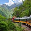 Поезд El Chepe проходит вдоль каньона и соединяет Чиуауа с тихоокеанским побережьем