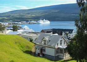 Акурейри расположен между горными грядами у подножия фьорда Эйя-фьорд,  который отлично просматривается с холма у церкви.