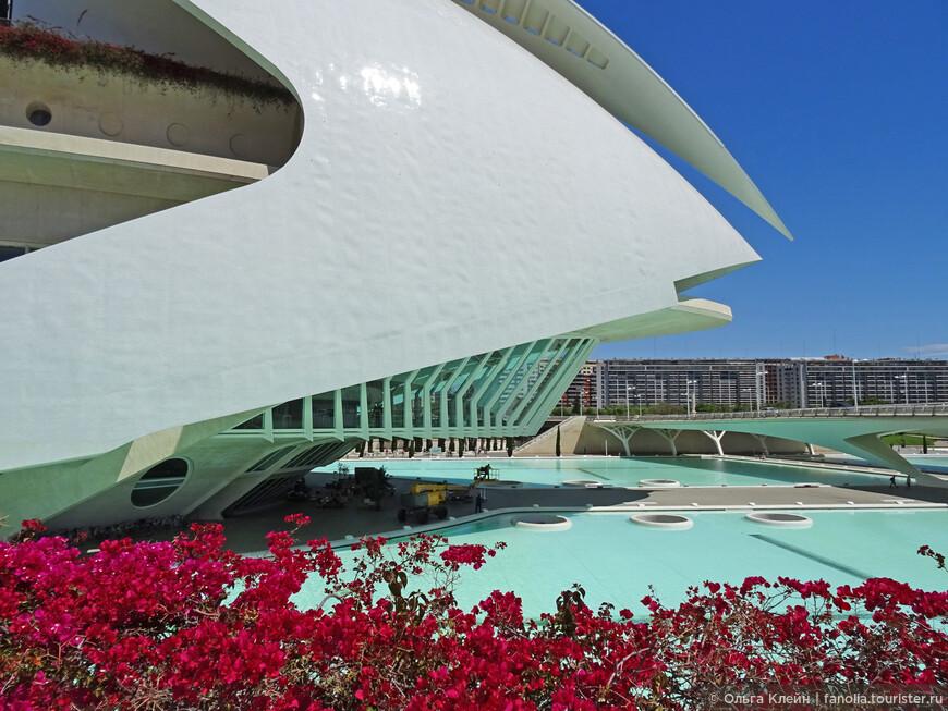 Прекрасное здание дворца искусств королевы Софии (El Palau de les Arts Reina Sofía), где находится большая сцена оперного театра. Внизу у входа на открытой площадке стояли столики ресторана Restaurante Contrapunto Les Arts.