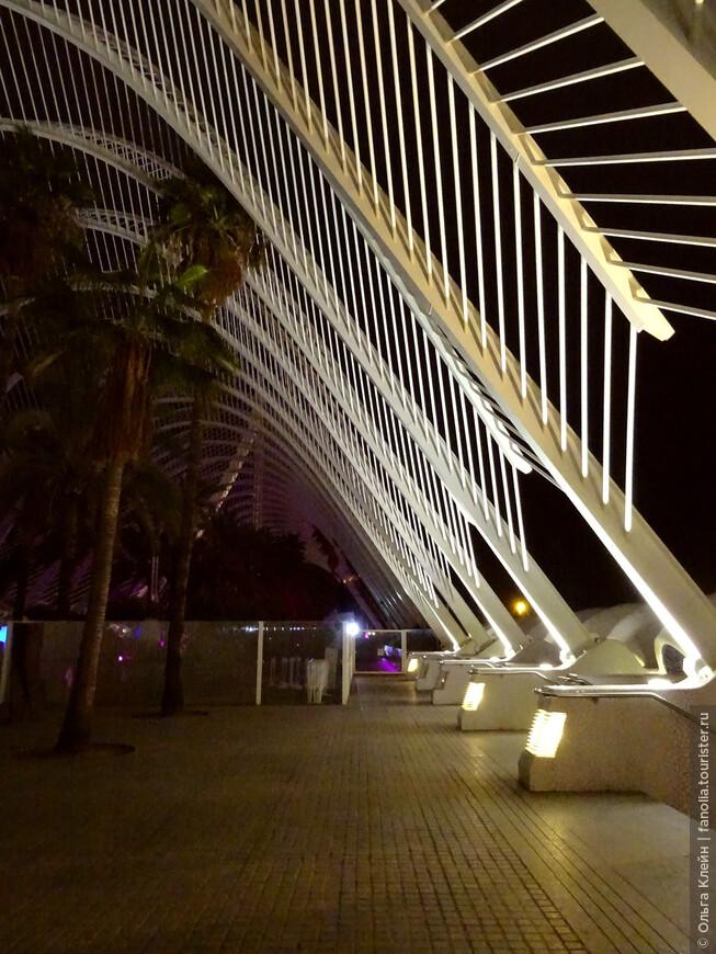"""Вечерний вид ботанической галереи, в этом ее конце находится ночной диско-клуб """"Mya Club""""."""
