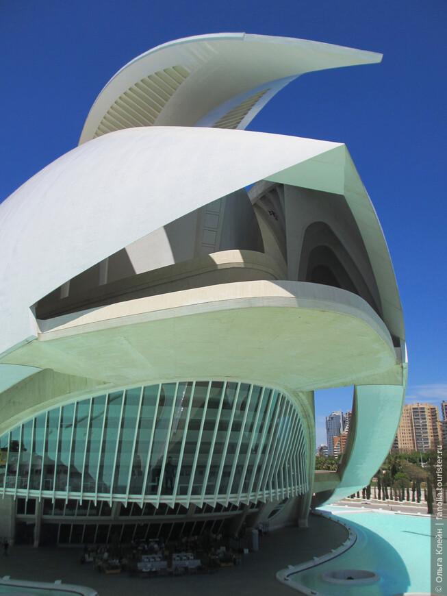 Этот ракурс на Дворец искусств открывает замысел архитектора - это же шлем конкистадора!