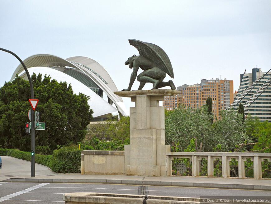 """мост Pont del Regne украшен четырьмя монументальными бронзовыми скульптурами """"стражей моста"""""""